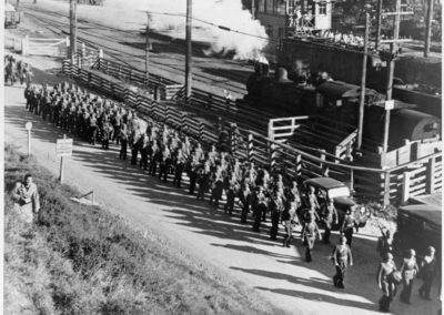 United States troops marching at Paekakariki. - Alexander Turnbull Library