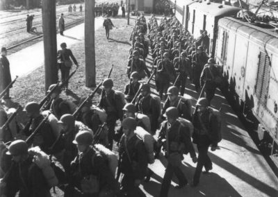 Marines begin their march to camp - Alexander Turnbull Library