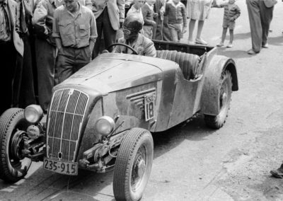 Ewen Faulkner in Morris V8 at start of Paekakariki Hill Climb 1949 - Alexander Turnbull Library